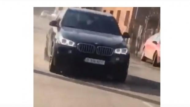 Foto: Dosar penal pentru un băiat de 15 ani, filmat în timp ce conducea o mașină