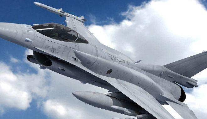 Foto: Două aeronave F-16 Fighting Falcon din cinsi, au sosit în România