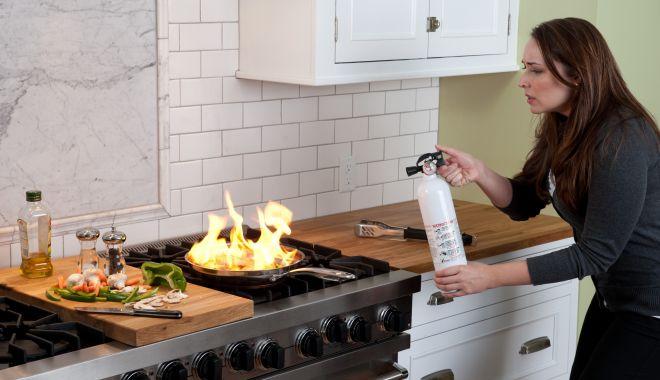 Foc în bucătărie! Ce măsuri trebuie luate urgent, ca să nu se extindă! - masuriincendiusursaronstinghome-1605122235.jpg