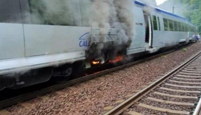 Foto: Un tren de călători, în flăcări în județul Prahova