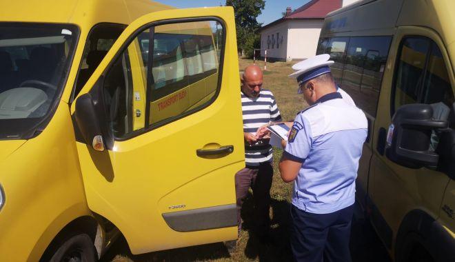 Foto: Microbuze școlare fără ITP și RCA valabile, depistate de polițiști