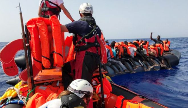 Peste 200 de migranți salvați din Marea Mediterană, debarcați în Sicilia - migrantioceanviking768x434-1619891410.jpg