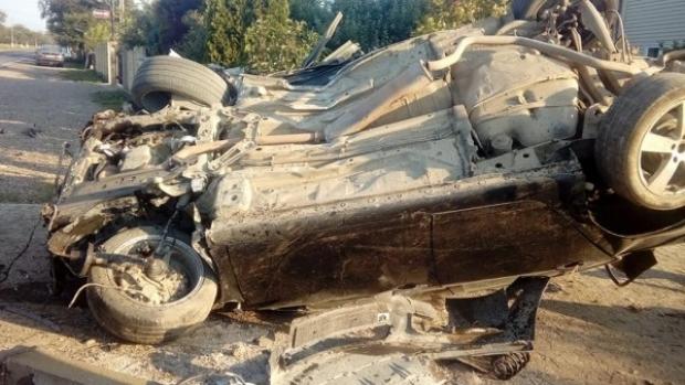 Foto: ACCIDENT GRAV! O mașină a dărâmat un gard și s-a răsturnat . Două victime