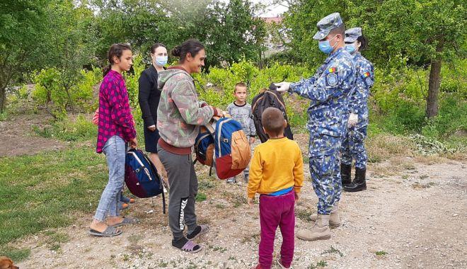 Foto: Militarii de la Capu Midia au oferit daruri copiilor din localitatea Corbu