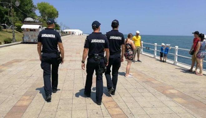 """Foto: Jandarmii strică """"afacerile"""" comercianților ambulanți de pe plaje"""