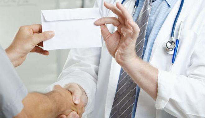 Foto: Medic trimis în judecată, după ce i-ar fi cerut bani unei paciente, pentru a o opera