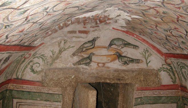 """Foto: Mormântul pictat """"Hypogeu"""", îngropat de buruieni. Cavoul va fi restaurat și va putea fi vizitat?"""