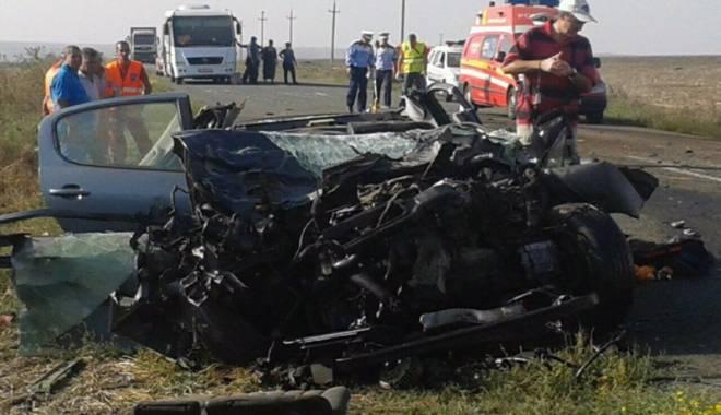 Imagini de groază, la Constanța. Trei morți într-un accident rutier. Femeia a fost aruncată prin ușa autocarului - mortal-1442597230.jpg