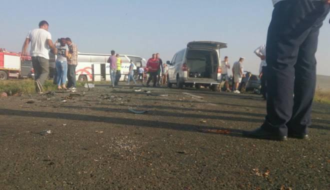 Imagini de groază, la Constanța. Trei morți într-un accident rutier. Femeia a fost aruncată prin ușa autocarului - mortal2-1442597272.jpg