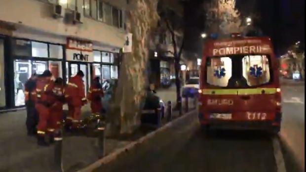 Foto: Cadavru găsit în fața unui bloc. Poliția a dechis dosar de MOARTE SUSPECTĂ