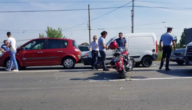 Foto: ACCIDENT RUTIER GRAV. Cinci autoturisme și o motocicletă, implicate. MOTOCICLISTUL a zburat peste două mașini