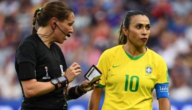 """Foto: """"Explicația genială"""" a fotbalistei care a intrat pe teren dată cu ruj roșu aprins"""