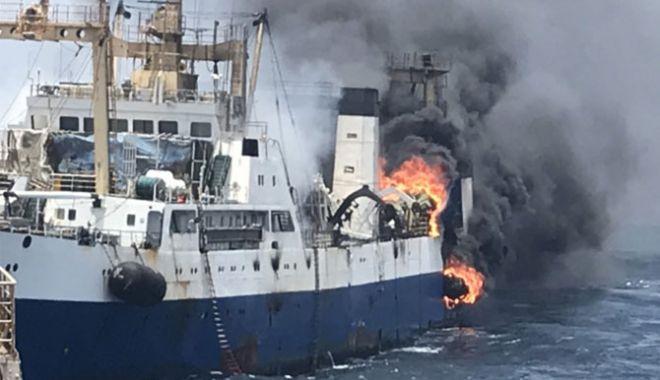 Foto: O navă de pescuit oceanic a fost înghițită de flăcări; un marinar a murit