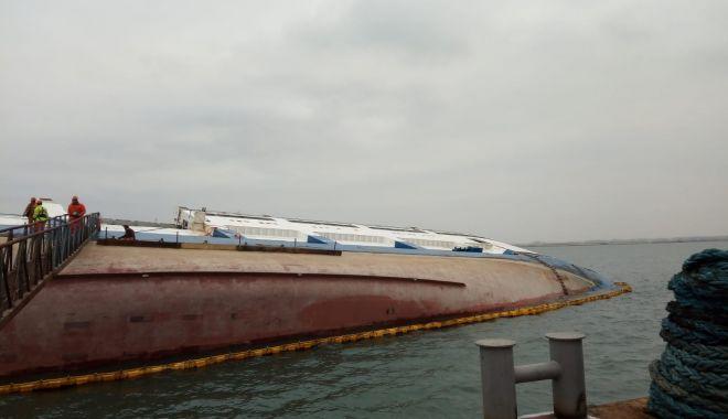 """Foto: Trafic restricționat în portul Midia pe perioada verticalizării epavei """"Queen Hind"""""""