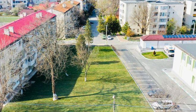 Foto: La Năvodari, se amenajează spațiul verde de lângă viitorul spital