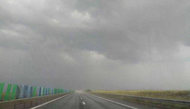 TRAFICUL RUTIER ESTE ÎNGREUNAT PE A2 BUCUREȘTI – CONSTANȚA, DIN CAUZA PLOII TORENȚIALE - norisiploaiepea2autostradasoarel-1530789684.jpg