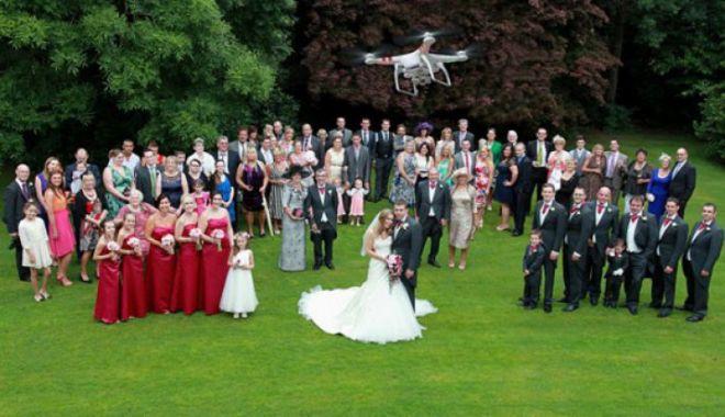 Foto: Incident mai puțin obișnuit. O dronă a căzut în capul unei nuntașe!