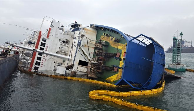 """Foto: Situație de urgență în cazul navei răsturnate în portul Midia. """"Este un risc biologic mare!"""""""