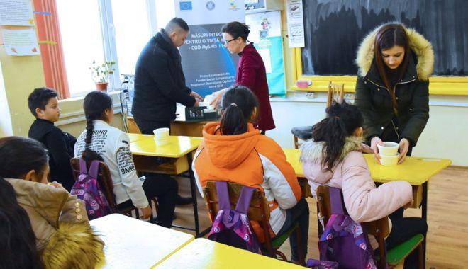 """Foto: O masă caldă pentru copiii școlari și preșcolari din cartierul """"Henri Coandă"""""""