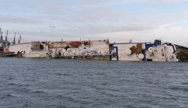 Foto: O navă cu 14.000 de berbecuți s-a răsturnat la Midia. Echipajul a fost salvat