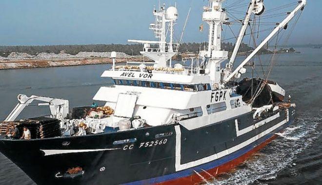 Foto: O navă de pescuit s-a scufundat după ce a lovit un obiect subacvatic neidentificat