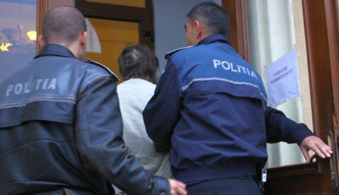 Foto: Bărbat de 76 de ani, reținut pentru că a intrat în casa unde și-a bătut concubina
