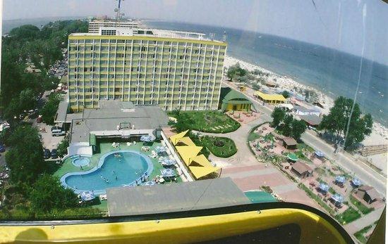 Foto: 202 persoane aflate în carantină la Hotel Flora pleacă acasă
