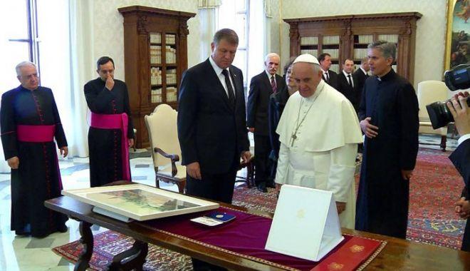 Foto: Iohannis i-a dăruit Papei 17 cadouri simbolice. Iată despre ce este vorba