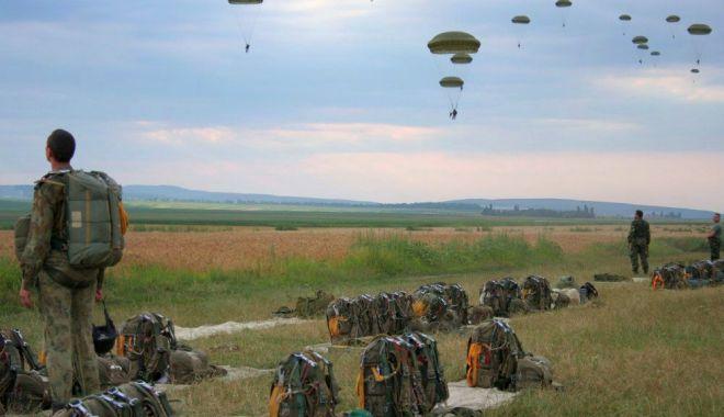 """Foto: Parașutiștii militari, """"născuți"""" în vâltoarea celui de-Al Doilea Război Mondial"""