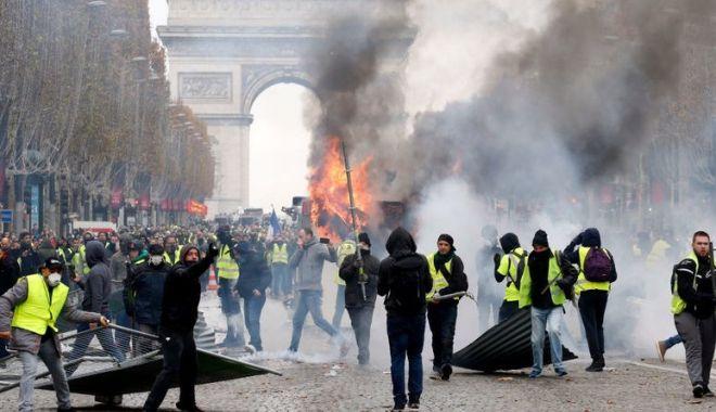 Foto: Rusia, suspectată că se implică virtual în protestele de la Paris. Francezii anchetează mai multe conturi false