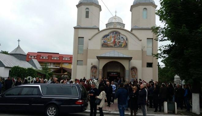 GALERIE FOTO. Puhoi de lume la slujba de înmormântare a fostului primar Ion Ovidiu Brăiloiu - patru-1496997719.jpg