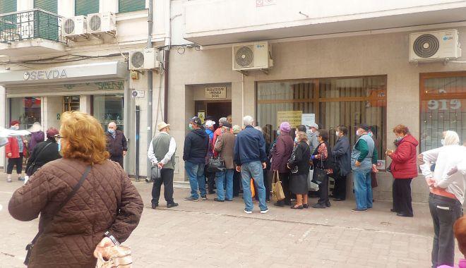 GALERIE FOTO-VIDEO / În plină pandemie, pensionarii se înghesuie la Casa de Ajutor Reciproc a Pensionarilor - photo20200518104304-1589790049.jpg