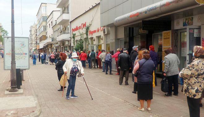 GALERIE FOTO-VIDEO / În plină pandemie, pensionarii se înghesuie la Casa de Ajutor Reciproc a Pensionarilor - photo202005181043052-1589790089.jpg