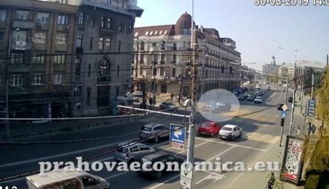 Foto: VIDEO ȘOCANT. Pietoni, la un pas de a fi spulberați pe trotuar, de o mașină scăpată de sub control
