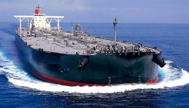 Foto: Tanc petrolier, atacat de pirați în Golful Guineea