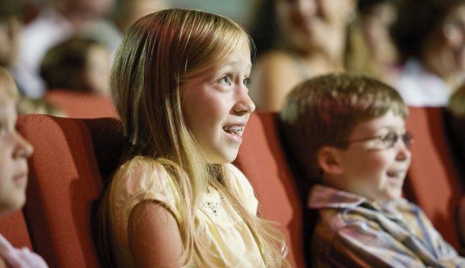 Foto: Copiii, invitați la teatru! Reîntâlnire cu pisica cea haină