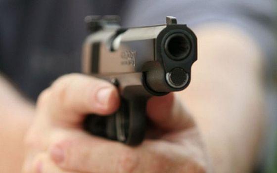 Două gloanțe în inimă, unul în gât. ATACATORUL: fiul unui mare patron - pistol-1366906093.jpg