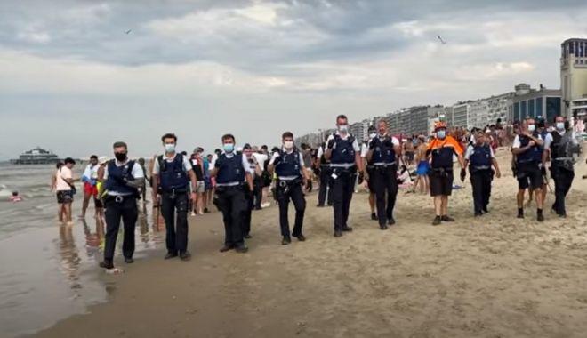 Foto: Bătaie pe plaja în timp de pandemie! Turiștii aruncau cu pietre, umbrele sau șezlonguri în polițiști