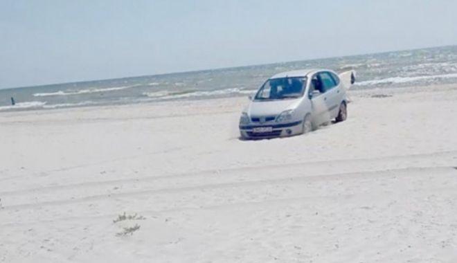Foto: Prins cu mașina pe plajă. A vrut să scape de amendă cu o adeverință falsificată!