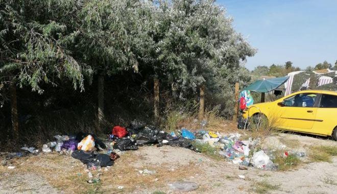 Turiști iresponsabili pe plajele de la Vadu și Corbu.