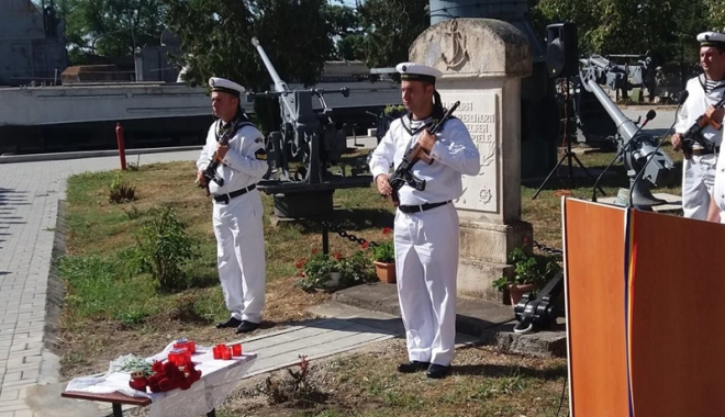 Foto: PMP Constanța a depus coroane de flori la Monumentul Eroilor