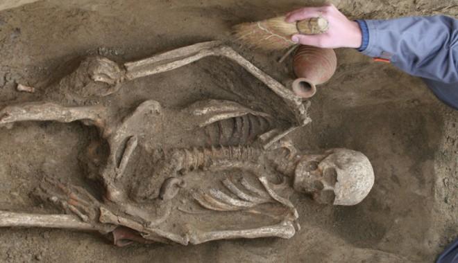 EXCLUSIV: Ritualuri magice descoperite pe Autostrada Soarelui - poianaarheologicimitirepocaroman-1335370348.jpg
