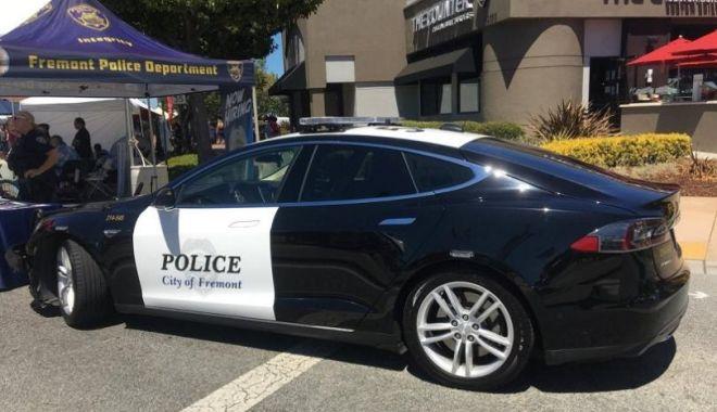 Foto: Un suspect căutat într-un caz de crimă a scăpat de poliție, după ce mașina agenților a rămas fără baterie