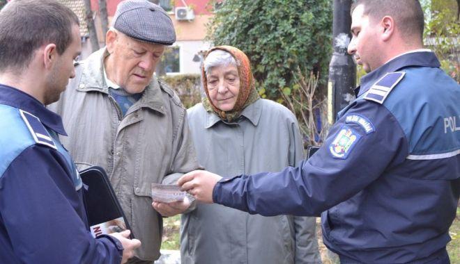 """Foto: Bătrânii, """"instruiți"""" de polițiști să nu cadă victime ale hoților"""