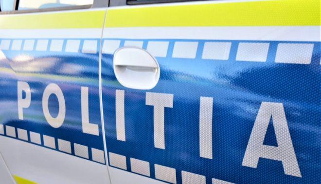 Un tânăr de 20 de ani a murit după ce a intrat cu maşina în parapeţii drumului şi într-un TIR - politia-1620465253.jpg