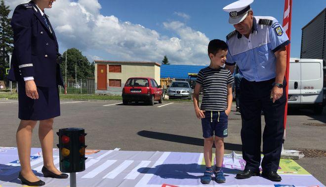 Polițiștii constănțeni, activități dedicate elevilor din patru școli gimnaziale - politisti-1570005259.jpg