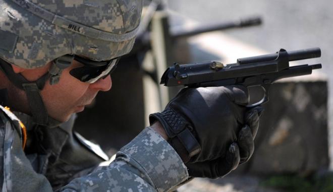 Foto: Polițiștii și militarii ar putea să folosească arma din dotare fără să mai răspundă penal