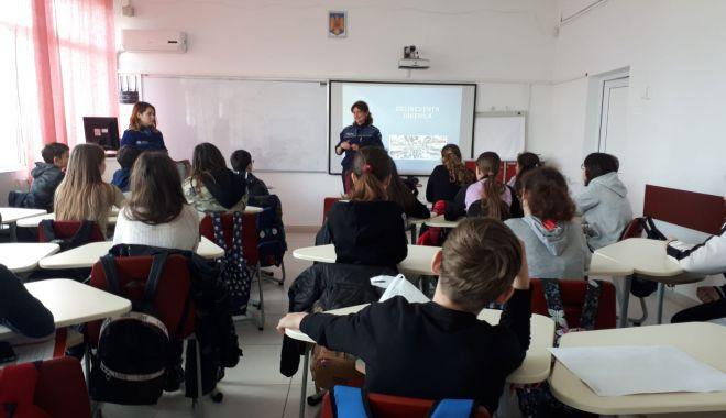 """Foto: Polițiștii, în vizită la Liceul """"Carmen Sylva"""" din Eforie Sud"""