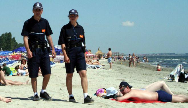 Atenție la bunurile lăsate pe plajă! O tânără a rămas fără bani și telefon - politistiplaja-1563785489.jpg
