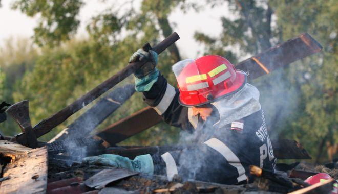 Foto: Incendiu puternic la Târgul de legume și fructe de pe variant Constanței